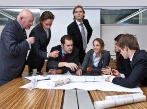 Baas en team samen aan het werk_taakverdeling